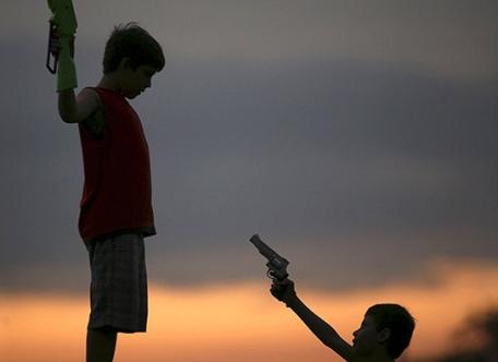Juegos de villanos. Niños con pistolas de juguete en Managua.